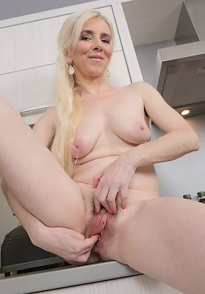 Free MILF Fingering Porn Pictures