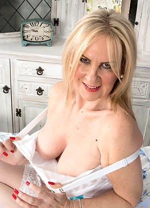 Free MILF Bedroom Porn Pictures